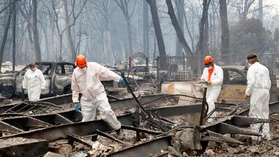 Palmo a palmo, la Guardia Nacional inspecciona zonas calcinadas de California en busca de desaparecidos