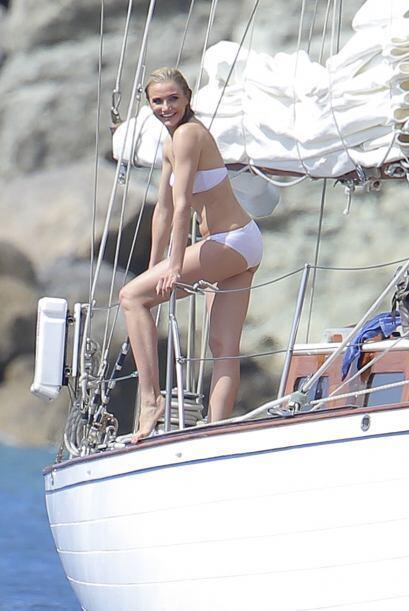 Enfundada en un bikini blanco lució muy guapa. Más videos de Chismes aquí.