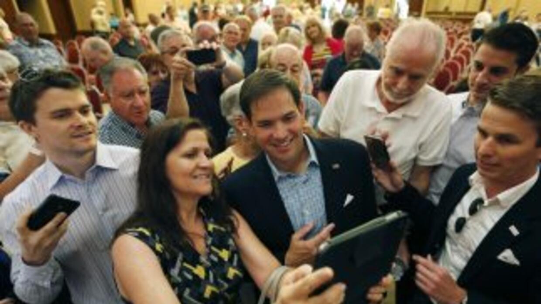 Selfie de Marco Rubio y una simpatizante.