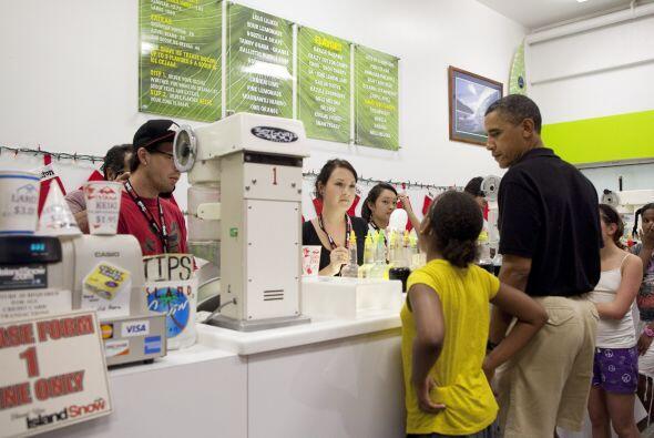 El presidente llevó a sus hijas Malia y Sasha a la heladería Island Snow...