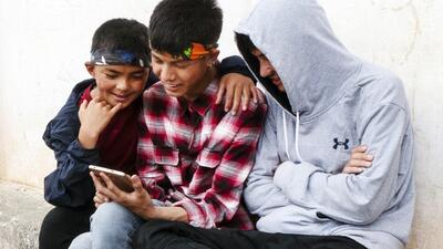 ¿Tu hijo es adicto al celular? Señales para reconocer que hay un problema y consejos para poner un alto
