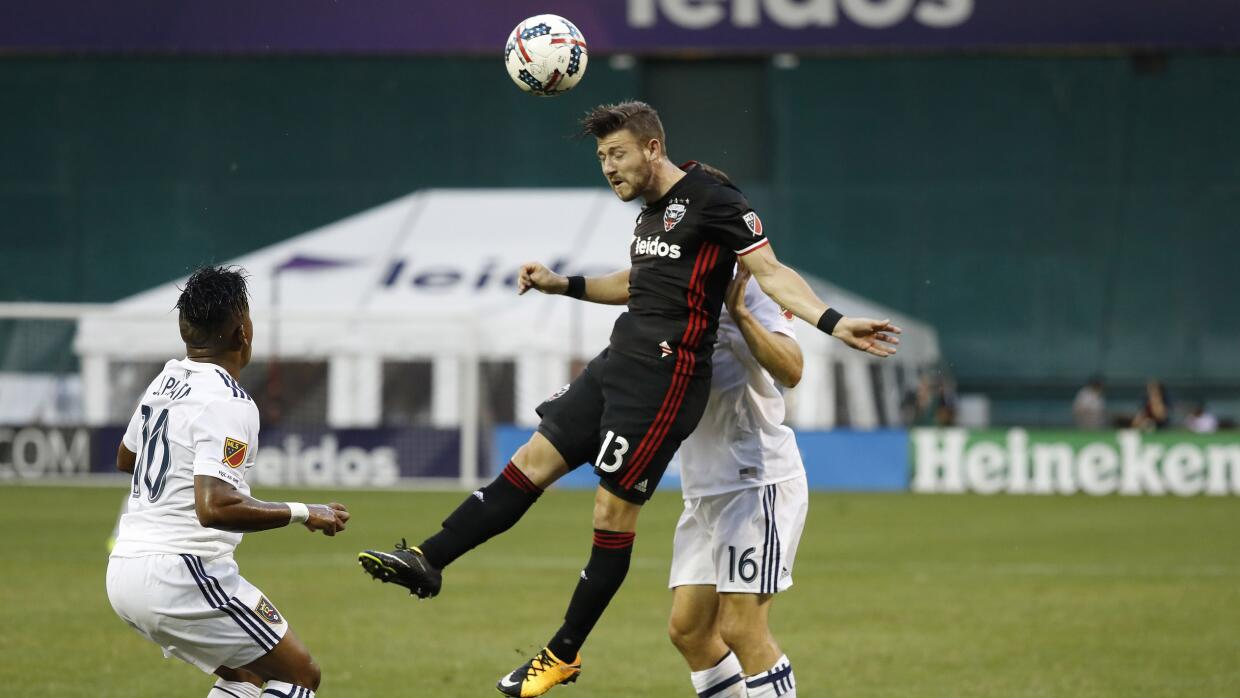 Paul Arriola cabecea una pelota ante Real Salt Lake.