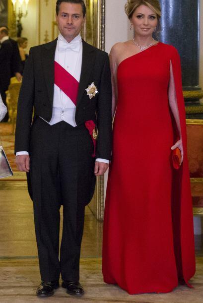 Angie se lució en ese vestido rojo pasión.