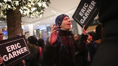 Nueva ola de intensas protestas en todo el país por la muerte de Eric Ga...