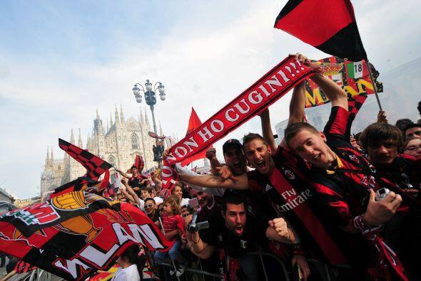Los simpatizantes se fueron a las calles de Milan para saludar a los jug...