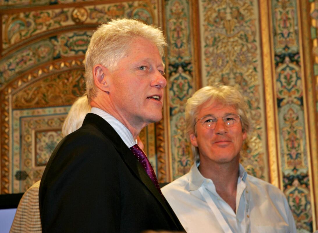 Gere junto al expresidente de Estados Unidos Bill Clinton durante una vi...