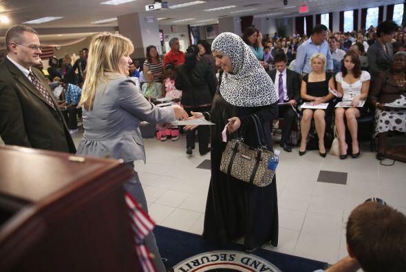 Un nuevo ciudadano estadounidense recibe su certificado de ciudadanía en...