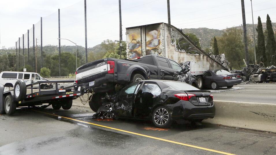 Un pick up quedó sobre el muro de división.