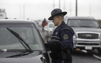 Oficial de Policía conversa con un conductor en la Highway 78 en...