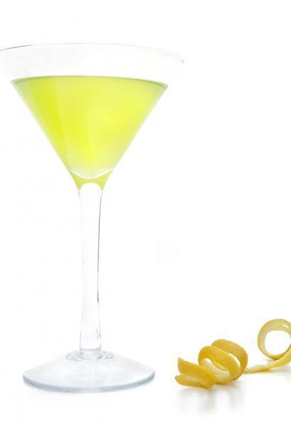 El limoncello es un licor típico de Italia que se obtiene de la maceraci...