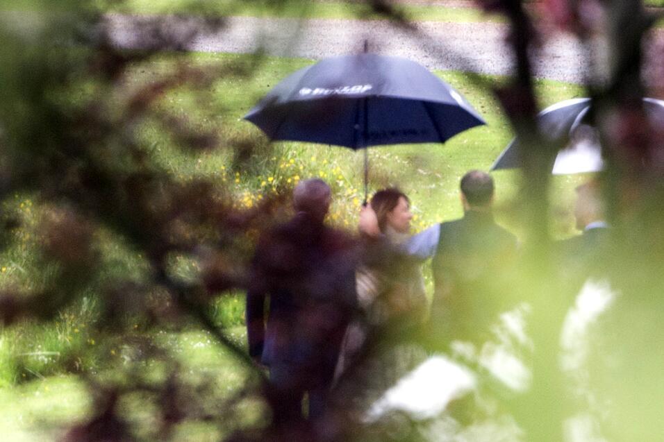Ya comenzaron los ensayos para la boda, a pesar del clima, los invitados...