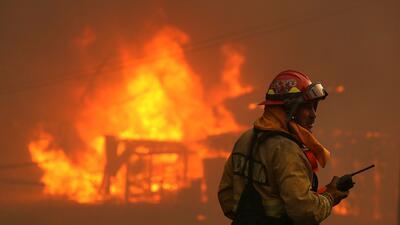"""""""¡Ayuda!"""": el grito desesperado de un bombero antes de morir dentro del tornado de fuego más grande registrado jamás en California"""