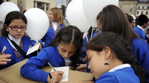 Los escolares en Bogotá pasan largas horas en el transporte camino a  su...
