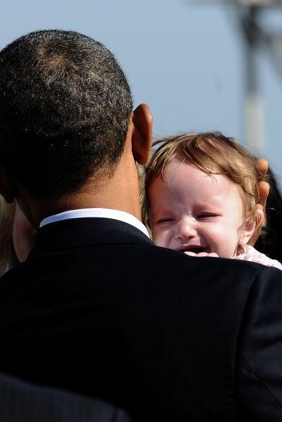 El Presidente también cargó a un bebé que una mujer le dio y le chocó la...