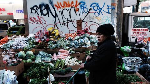 Una mujer vende vegetales en el área de Jackson Heights, Queens que cuen...