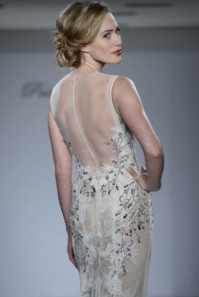 Los escotes también se mostraron en la espalda, dando esa elegancia y se...