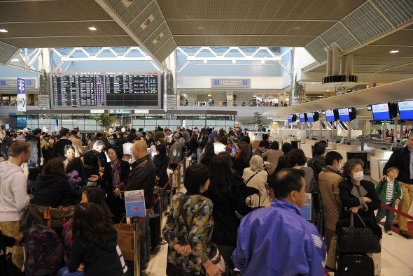 Los extranjeros han abarrotado el aeropuerto en busca de boletos para re...