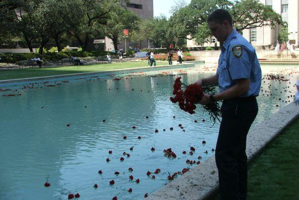 También puedes unirte al Momento Nacional de Recuerdo del 9/11 que consi...