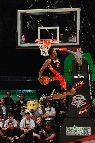 2013 - Terrence Ross, de los Raptors de Toronto se eleva para una volcad...