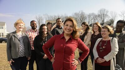 Elizabeth Guzman (en el centro en la foto) y Hala Ayala se convirtieron...