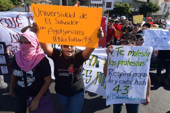 Se trata de estudiantes de la Universidad de El Salvador, en San Salvador.