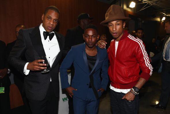 Mr. Carter elegantísimo y con su copa de cognac en mano, al lado de otro...