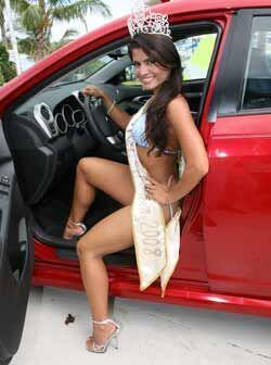 Un buen auto y una linda chica son el sueño de todo hombre.