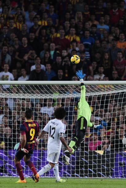 El balón pasó por arriba de Diego López.