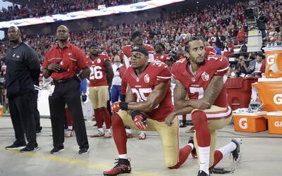 Colin Kaepernick y Eric Reid se arrodillaron durante el himno de EEUU.