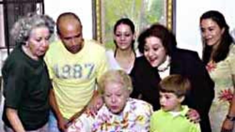 LA señora Carmen Montejo festejó su cumpleaños en familia.