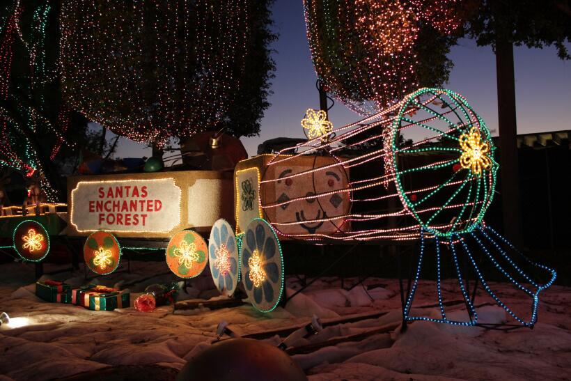 Grandes y chicos disfrutan durante la época navideña de la...