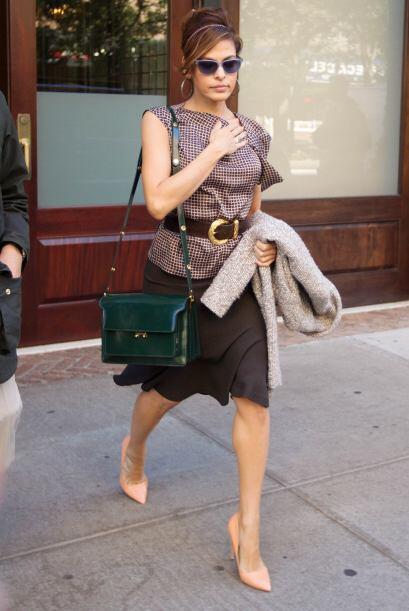 O con una blusa y falda a la altura de la rodilla, muy al estilo de Eva...