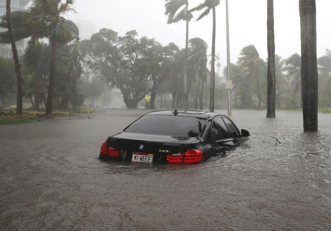 Hurricane Irma meets downtown Miami Un automóvil inundado en Coconut Gro...