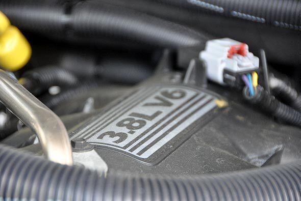 El motor es un V6 de 3.8 litros con 202 caballos de fuerza.