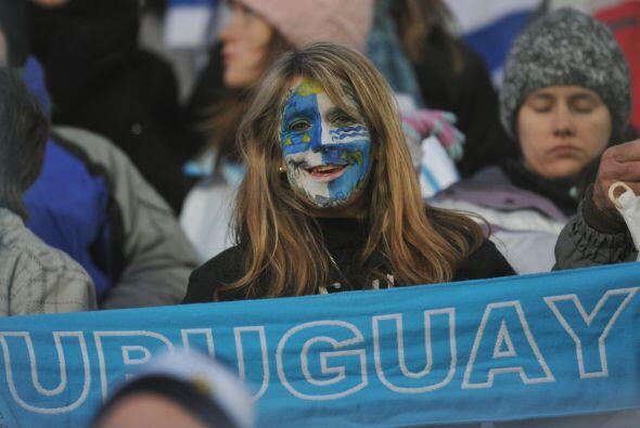 Las hinchas de Uruguay prefirieron pintarse la cara.