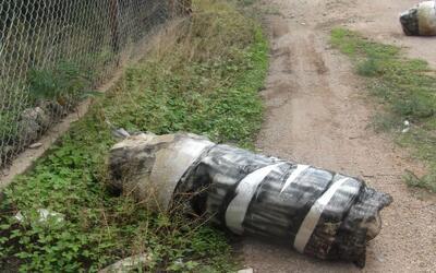 Un bulto con 140 libras de marihuana fue lanzado a través del mur...