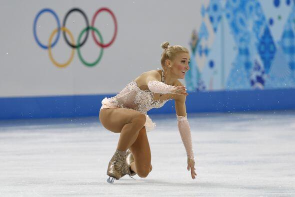 La alemana Aliona Savchenko cae mientras realizaba, junto con Robin Szol...