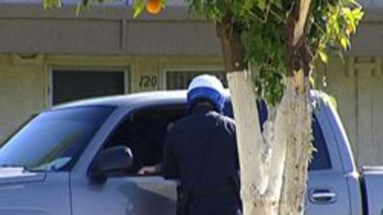 Policia de Mesa deteniendo a un individuo