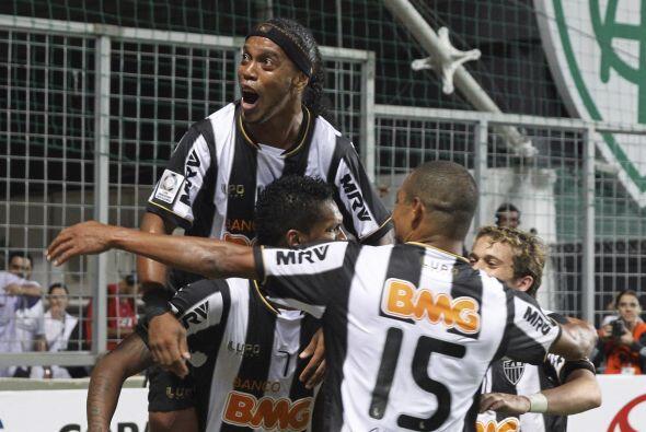 Una temporada después Ronaldinho se pondría la playera del Atlético Mine...