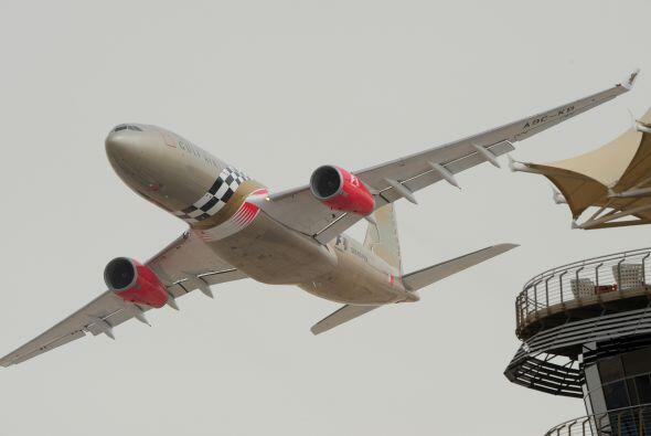 Un enorme avión atravesó la pista mientras se llevaba a cabo la competen...