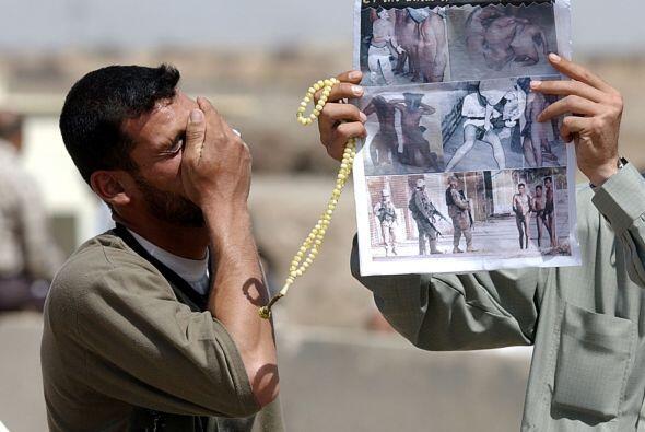 Fotos de detenidos desnudos, bajo las botas de sus guardas norteamerican...
