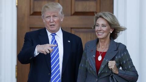 Donald Trump junto a Betsy DeVos, en una imagen de archivo.