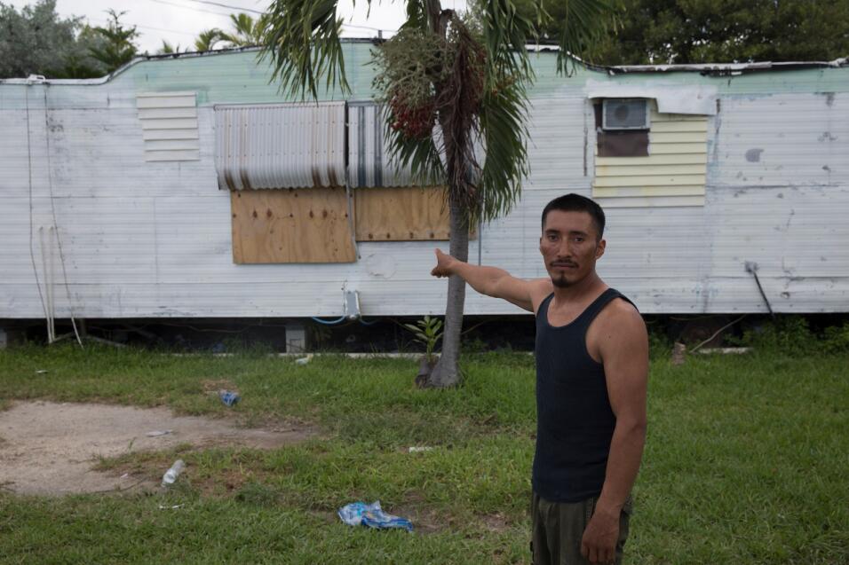José López, un inmigrante mexicano de 31 años, muestra cómo él y sus com...