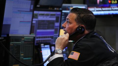 Un operador de la Bolsa de Valores de Nueva York. Wall Street contin&uac...