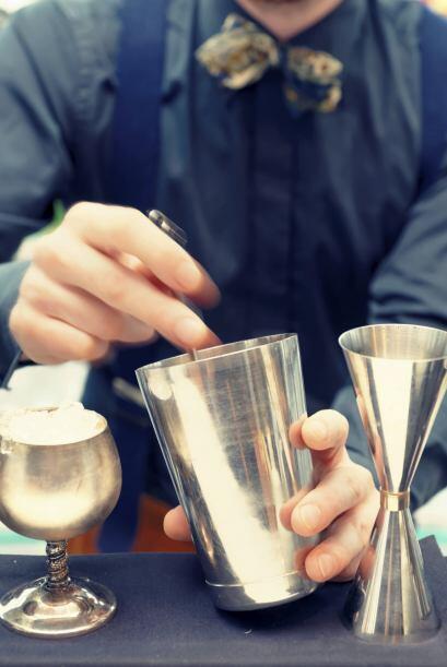 Primero vierte el tequila, el licor de rosas, el jugo de naranja, el jug...
