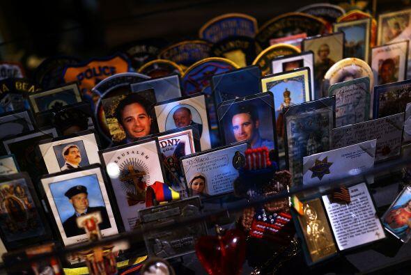 Tarjetas, parches, recuerdos de los fallecidos en la Zona Cero.