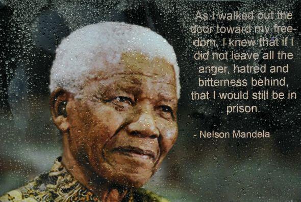 Mandela, que pasó 27 años en la cárcel por su oposición al régimen de se...