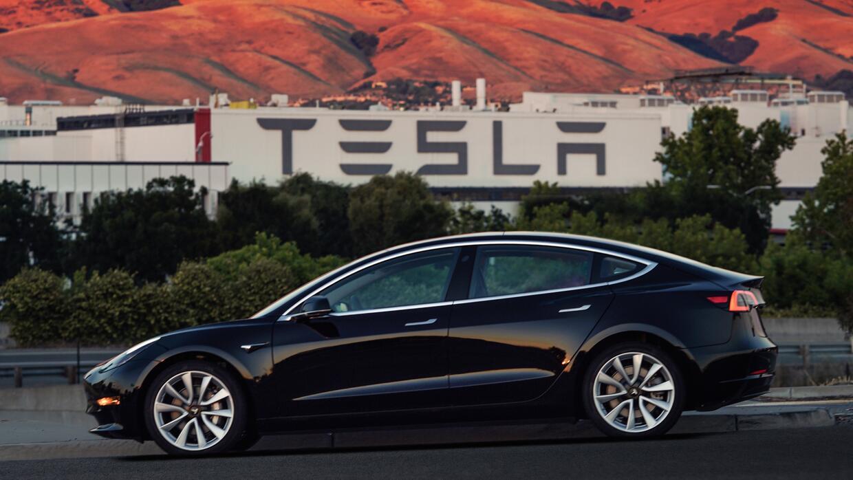 Primera unidad de producción del Tesla Model 3, marcado con el serial nú...