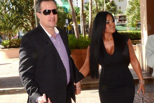 La feliz pareja entro al hotel para revisar las instalaciones donde unir...