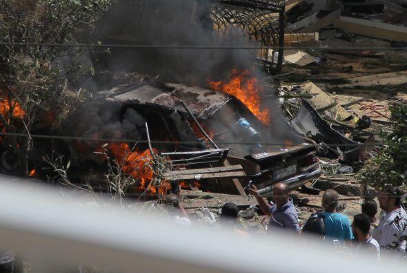 Los libaneses se reunen frente a la mezquita al-Salam mosque, cerca de l...